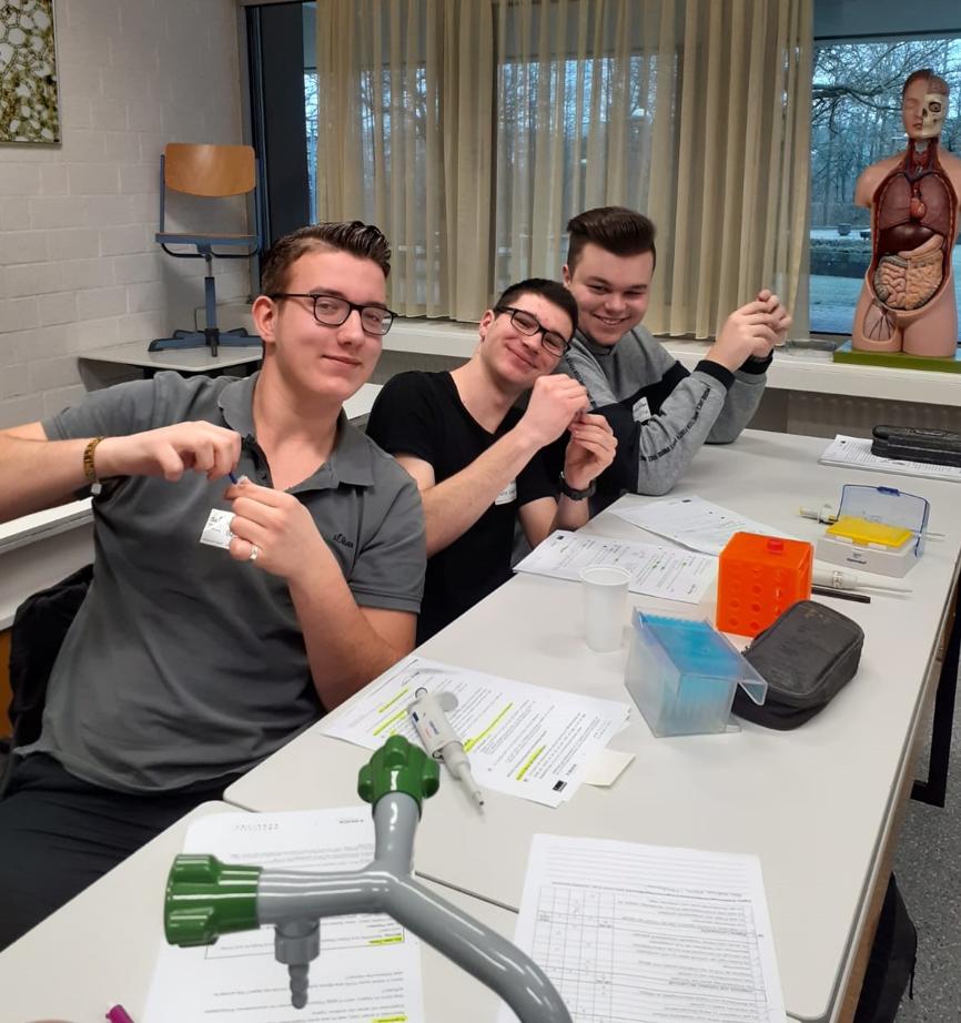 Schüler beim geduldigen Zerkleinern der Fleischproben